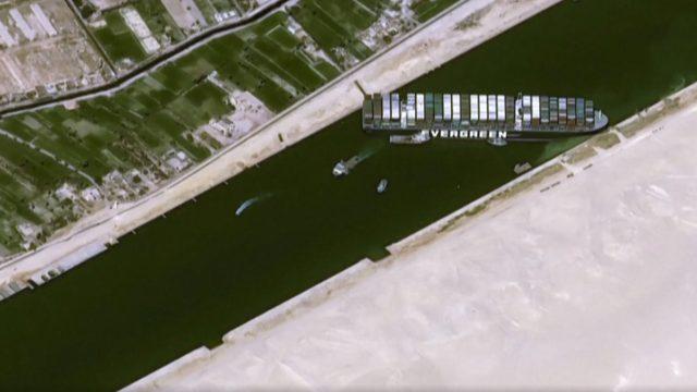 Navio porta-contêineres gigante encalha no Canal de Suez