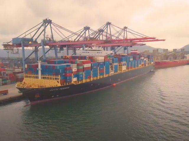 Conheça um dos maiores navios de contêineres que aportou esta semana em Itapoá